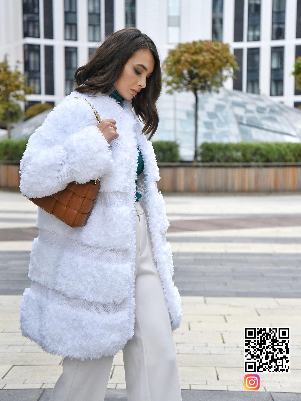 На шестой фотографии модная вязаная шуба белая от Shapar, бренда одежды ручной работы в интернет-магазине связанных спицами вещей.