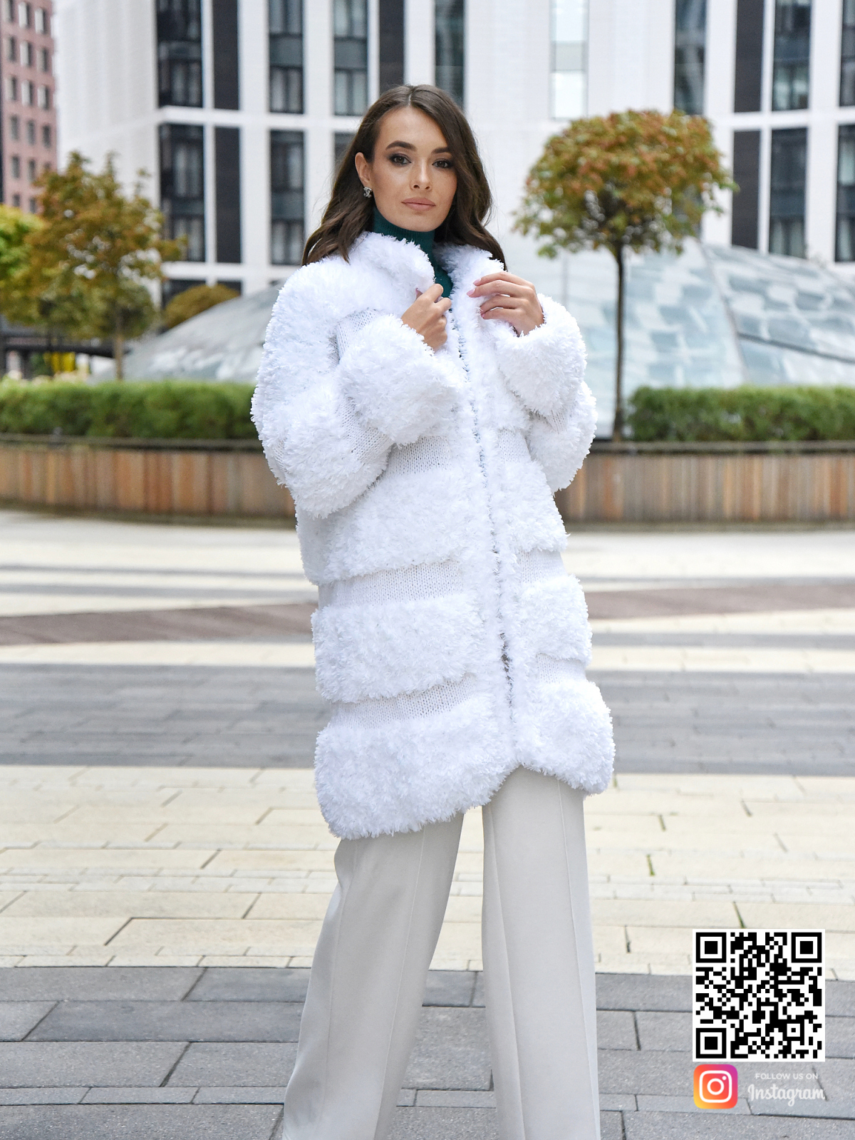 На пятой фотографии вязаная шуба белая на крючках от Shapar, бренда одежды ручной работы в интернет-магазине связанных спицами вещей.