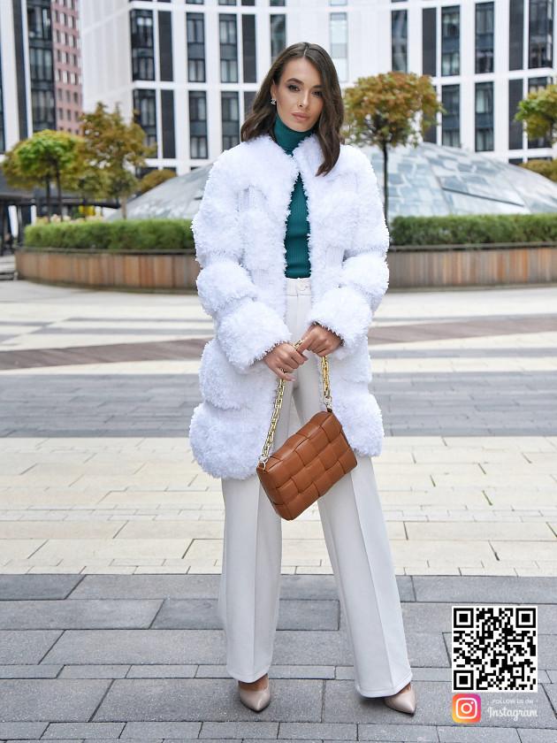 На фотографии вязаная шуба белая от Shapar, бренда одежды ручной работы в интернет-магазине связанных спицами вещей.