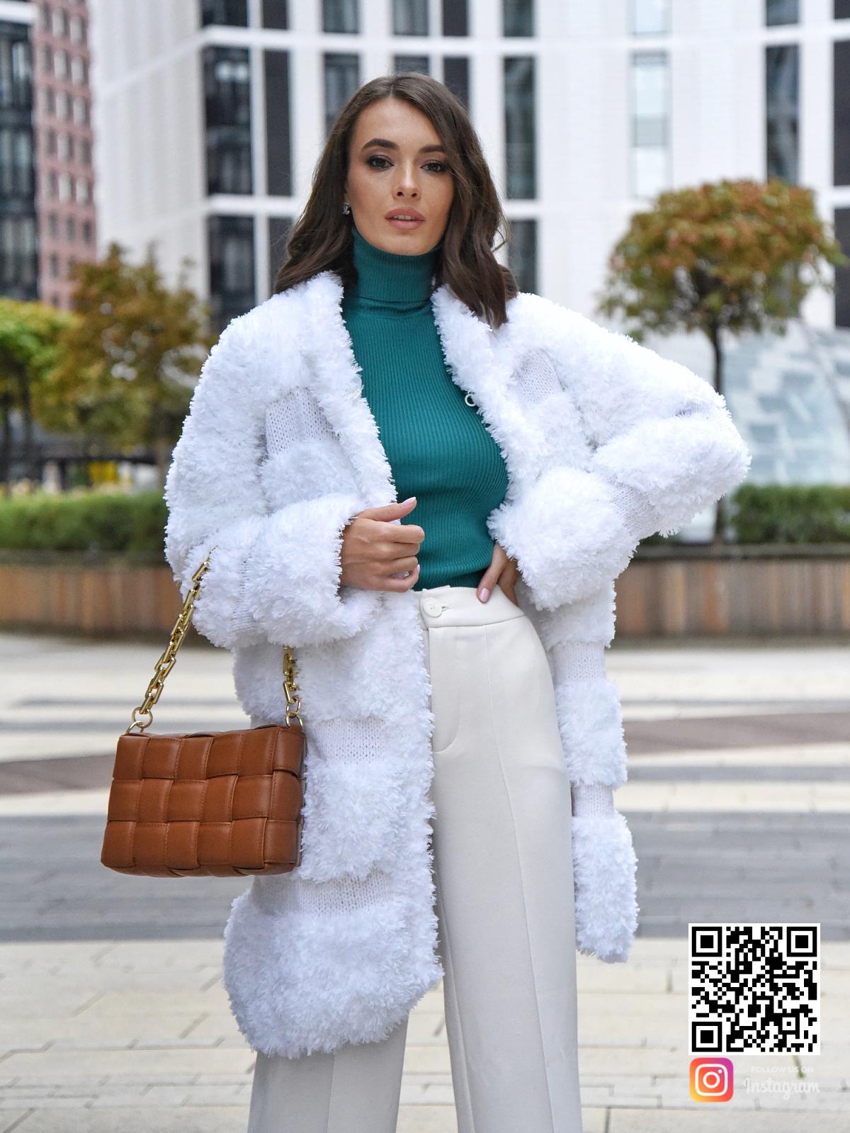 На седьмой фотографии стильная вязаная шуба белая от Shapar, бренда одежды ручной работы в интернет-магазине связанных спицами вещей.
