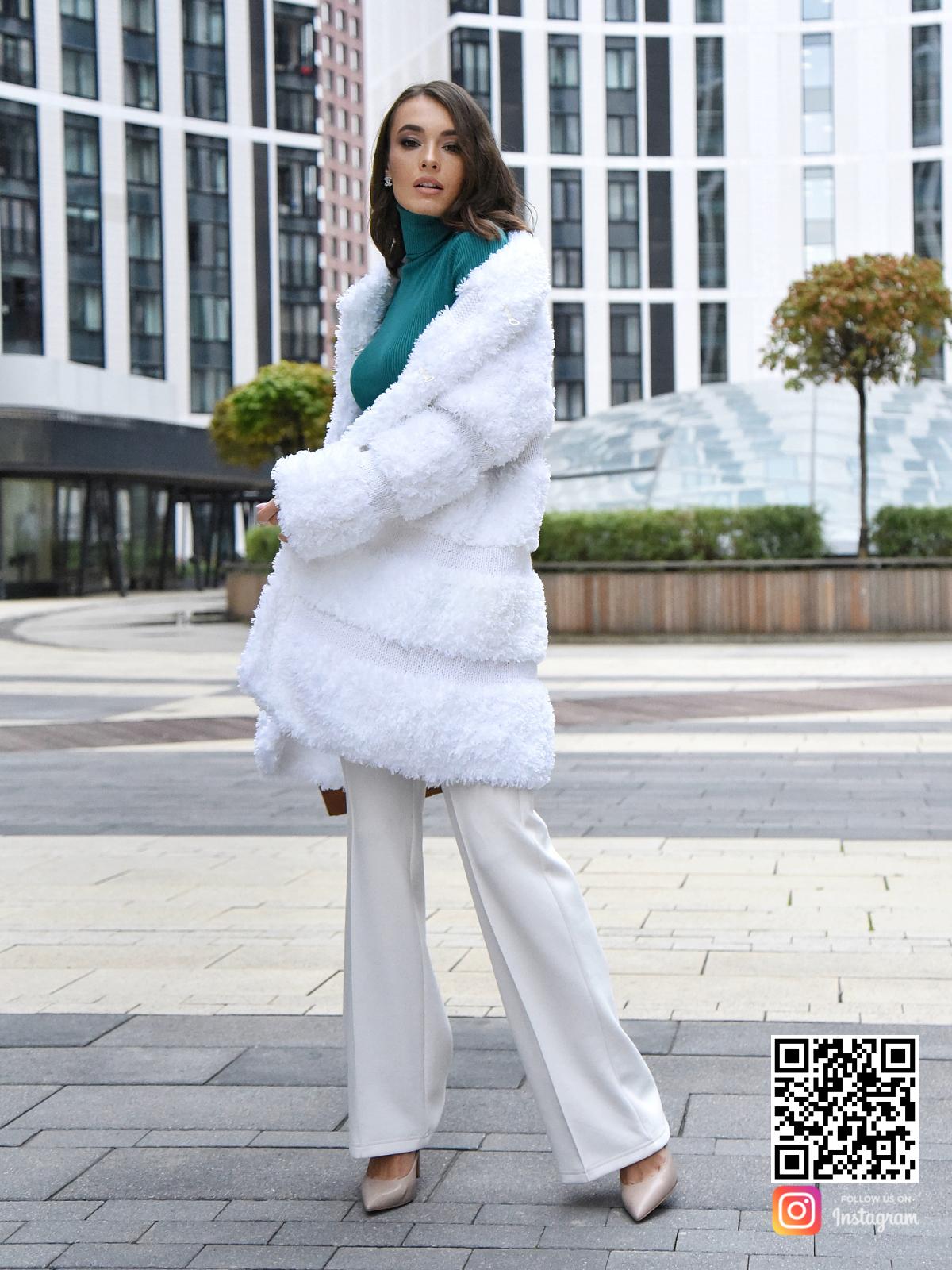 На десятой фотографии теплая вязаная шуба белая от Shapar, бренда одежды ручной работы в интернет-магазине связанных спицами вещей.