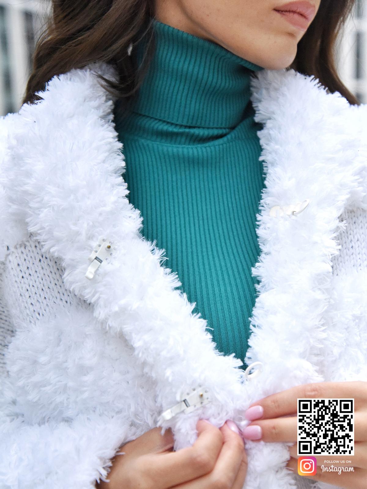 На девятой фотографии вязаная шуба белая крупным планом от Shapar, бренда одежды ручной работы в интернет-магазине связанных спицами вещей.