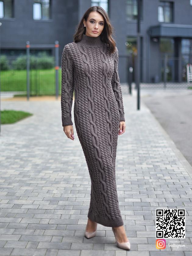 На фотографии вязаное платье с косами от Shapar, бренда женской одежды ручной работы в интернет-магазине связанных спицами вещей.