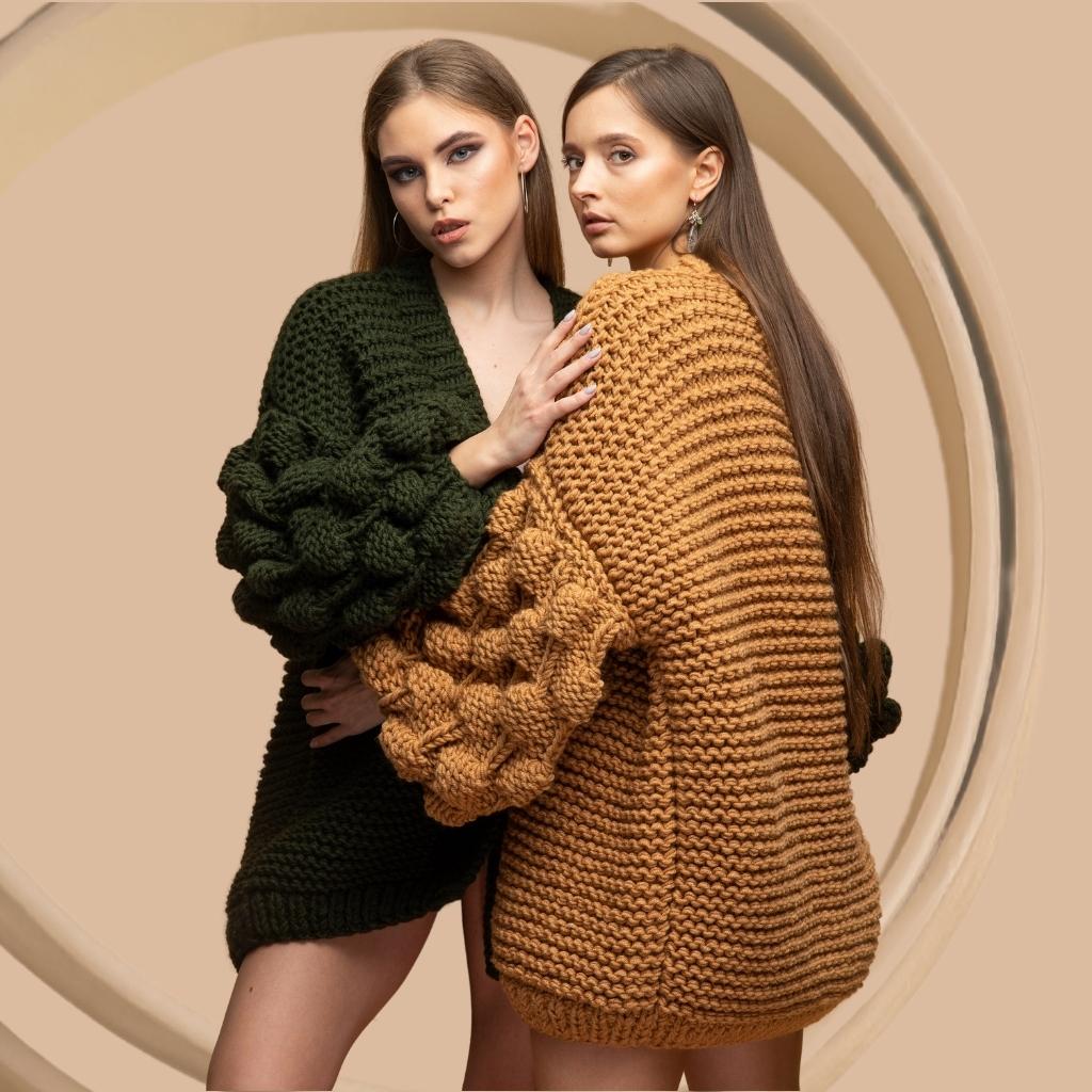 На фотографии женские вязаные кардиганы от Shapar, бренда связанной одежды ручной работы.