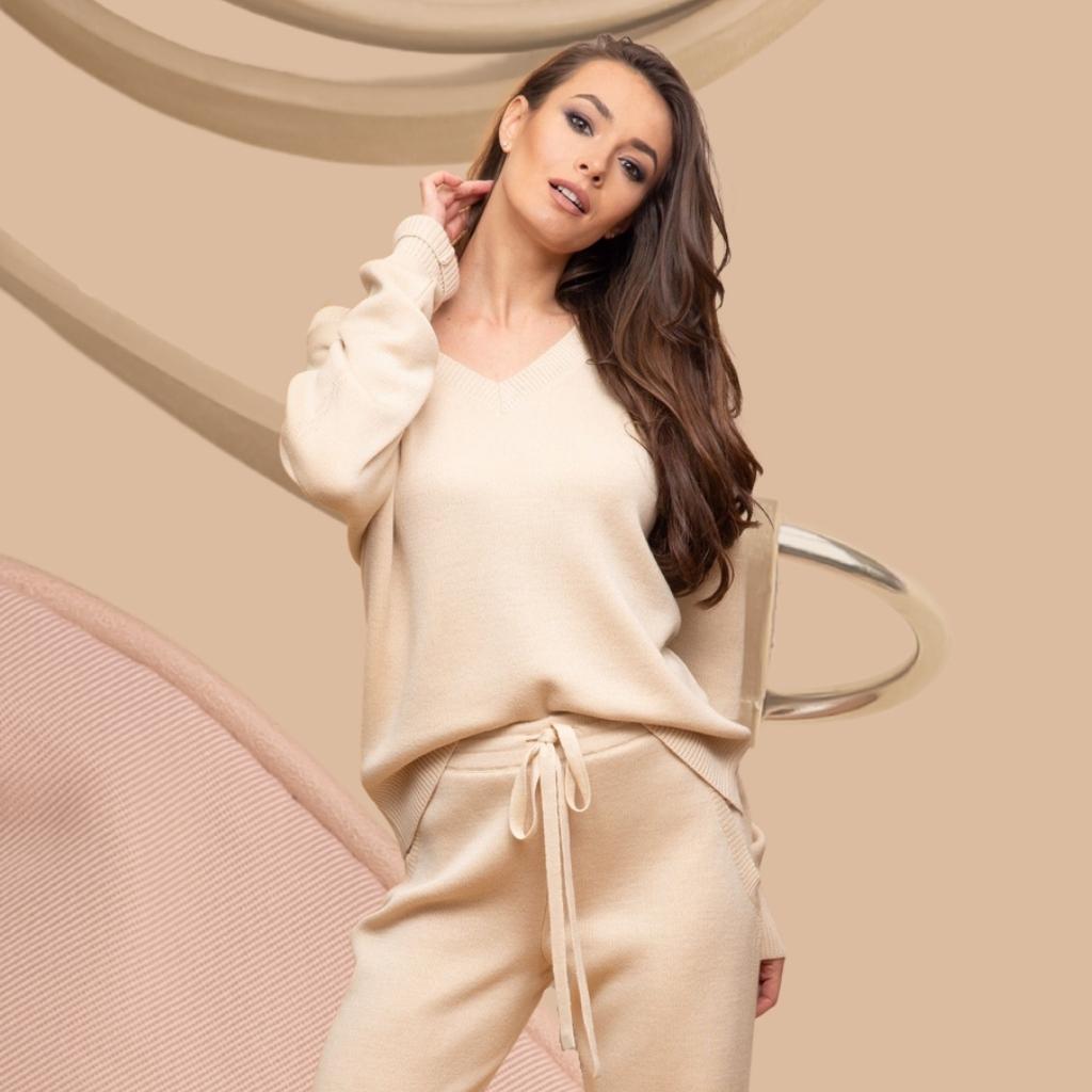 На фотографии женские вязаные костюмы от Shapar, бренда связанной одежды ручной работы.