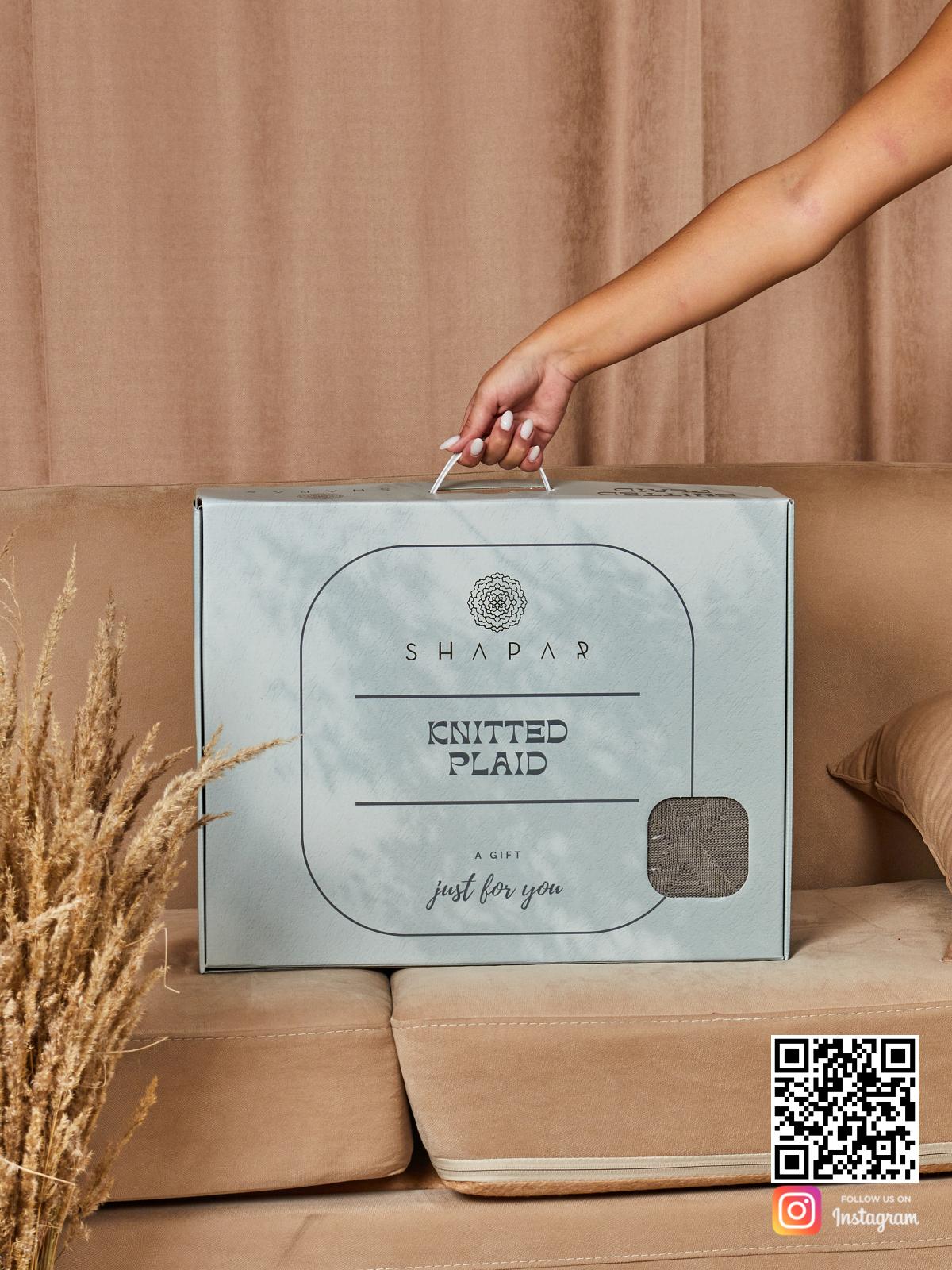 На второй фотографии вязаный плед ромбами в подарочной упаковке в интернет-магазине Shapar, бренда трикотажа и связанной одежды ручной работы.