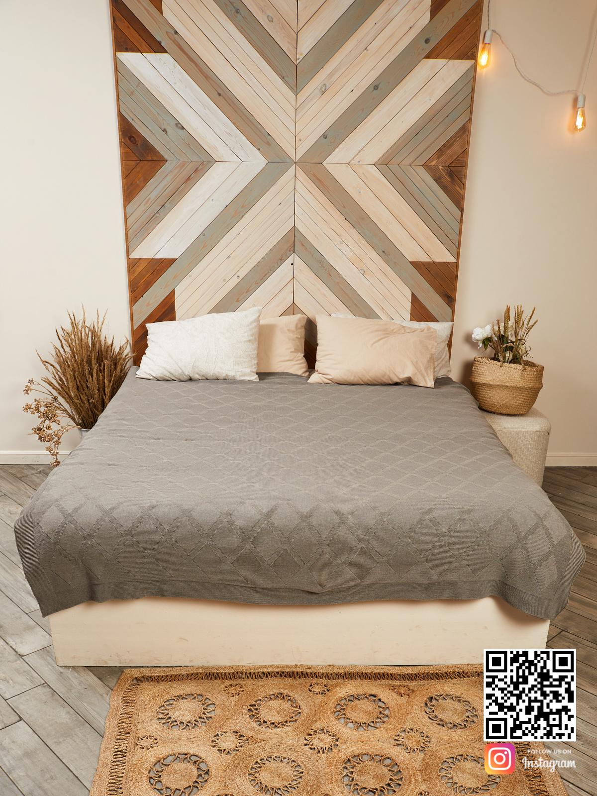 На шестой фотографии вязаный плед ромбами в интерьере на кровати в интернет-магазине Shapar, бренда трикотажа и связанной одежды ручной работы.