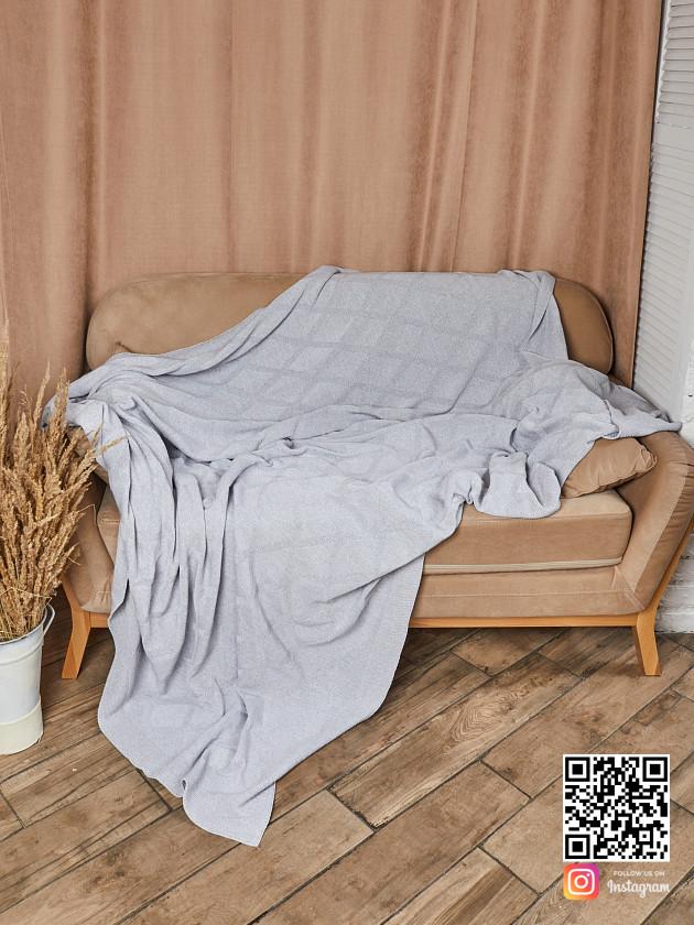 На фотографии вязаный плед серого цвета в интернет-магазине Shapar, бренда трикотажа и связанной одежды ручной работы.