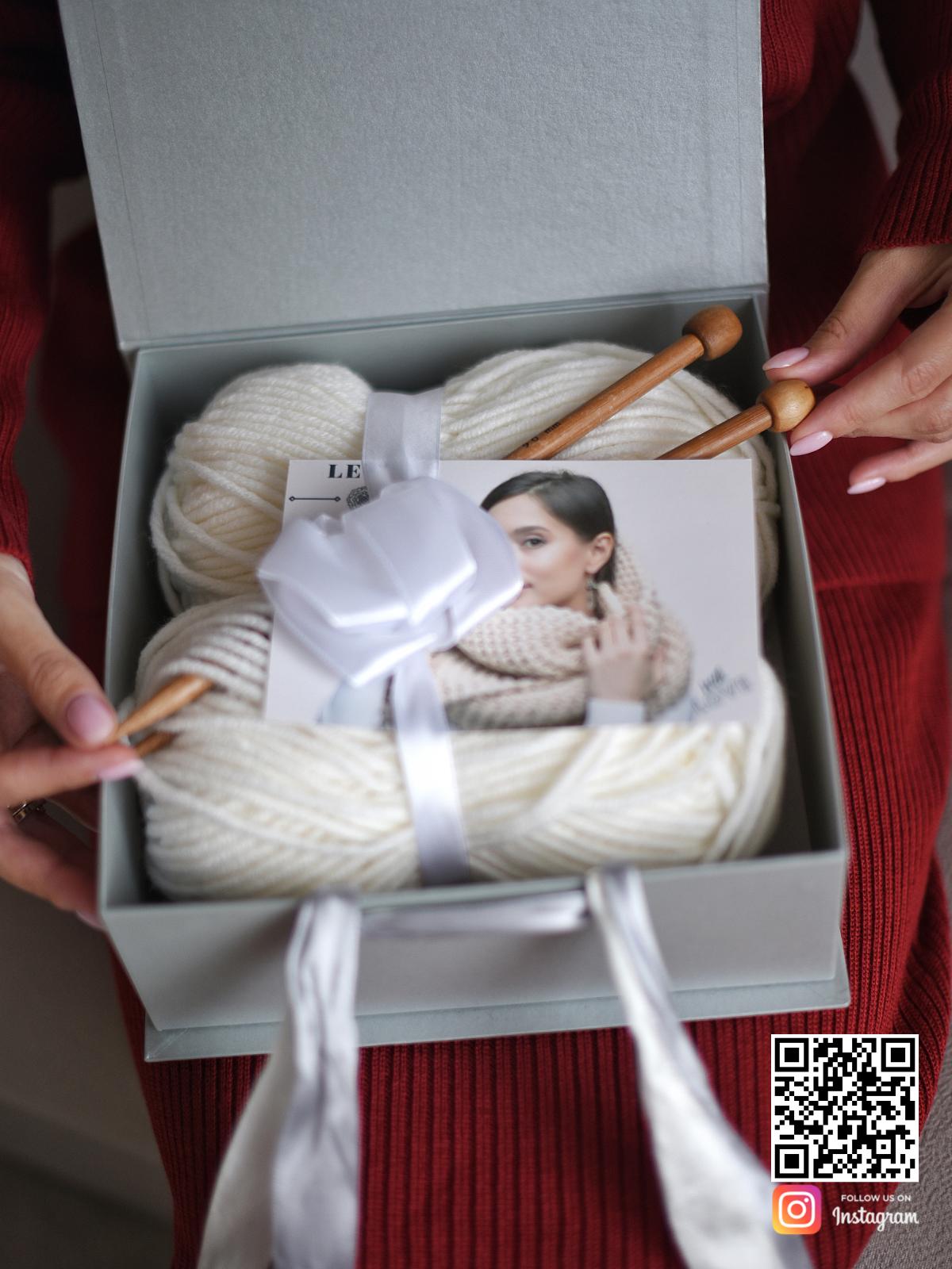 На второй фотографии показано из чего состоит подарочный набор для вязания бежевого шарфа в интернет-магазине Shapar, бренда трикотажа и связанной одежды ручной работы.