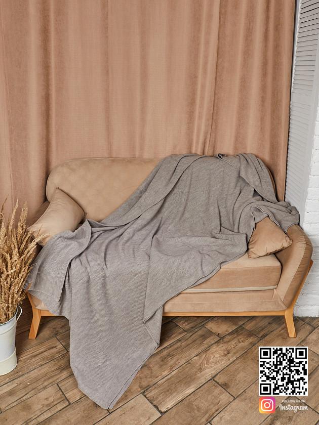 На фотографии вязаное покрывало коричневого цвета в интернет-магазине Shapar, бренда трикотажа и связанной одежды ручной работы.
