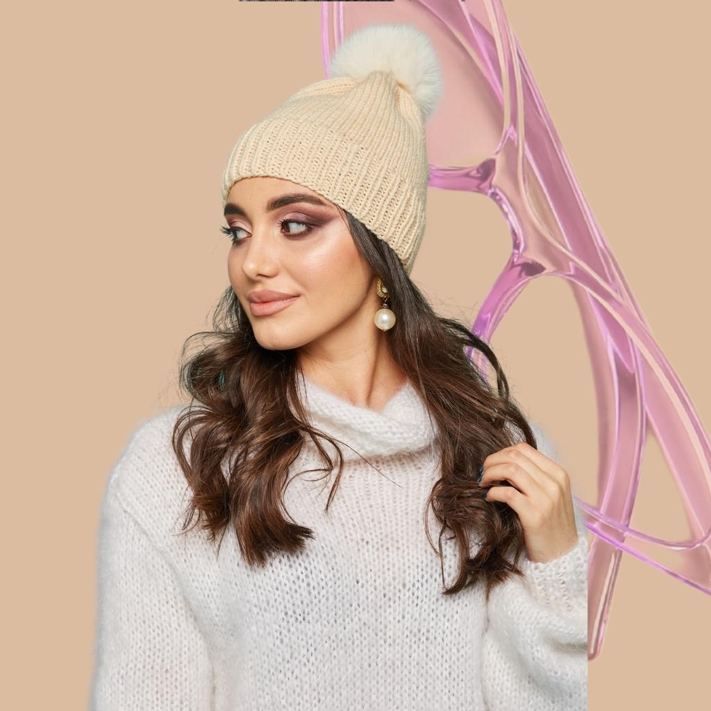 На фотографии шапки женские вязаные от Shapar, бренда связанной одежды ручной работы.
