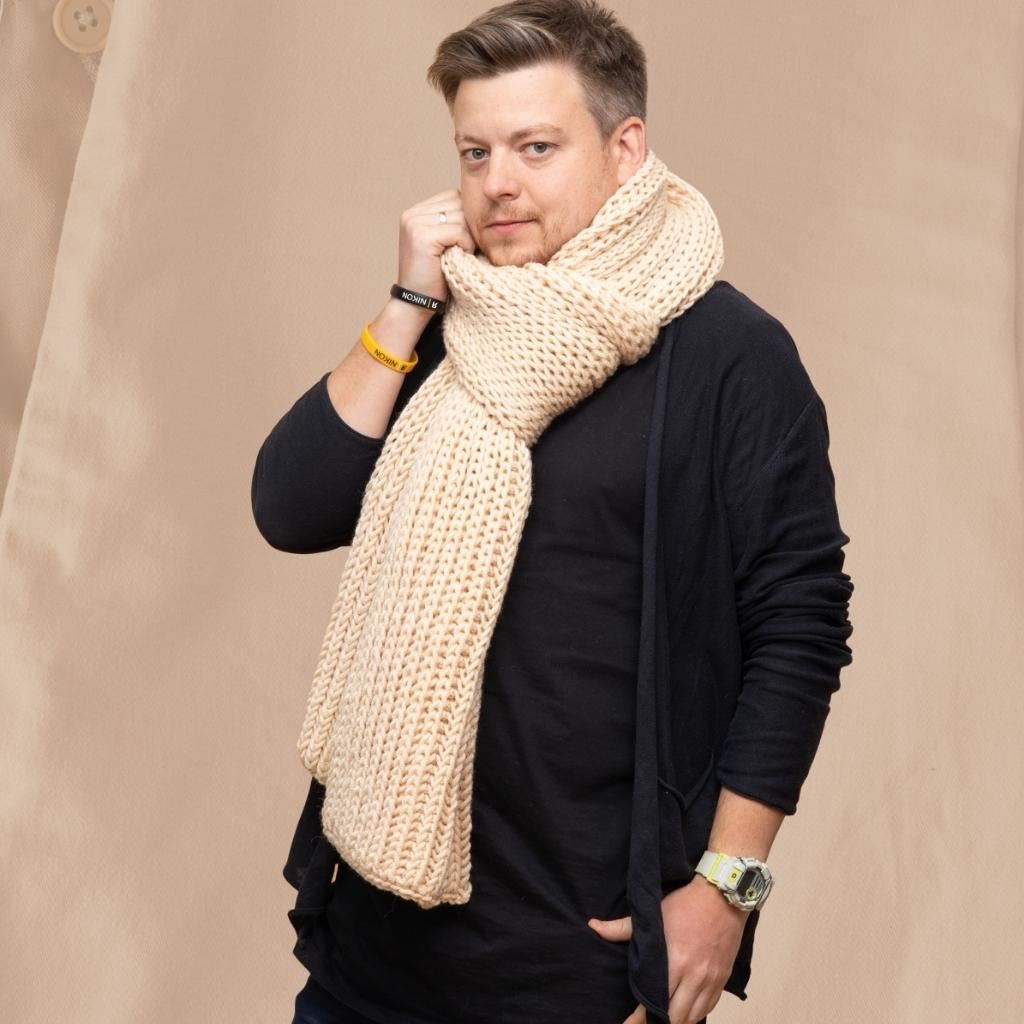 На фотографии мужские шарфы вязаные от Shapar, бренда связанной одежды ручной работы.