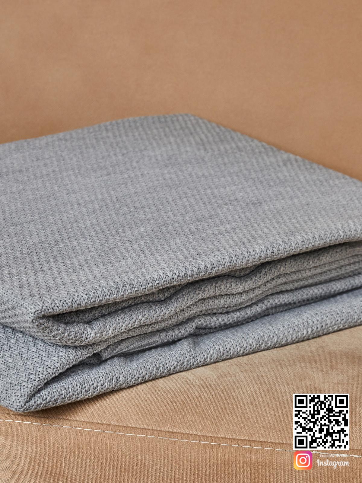 На четвертой фотографии шерстяное покрывало серого цвета в интернет-магазине Shapar, бренда трикотажа и связанной одежды ручной работы.