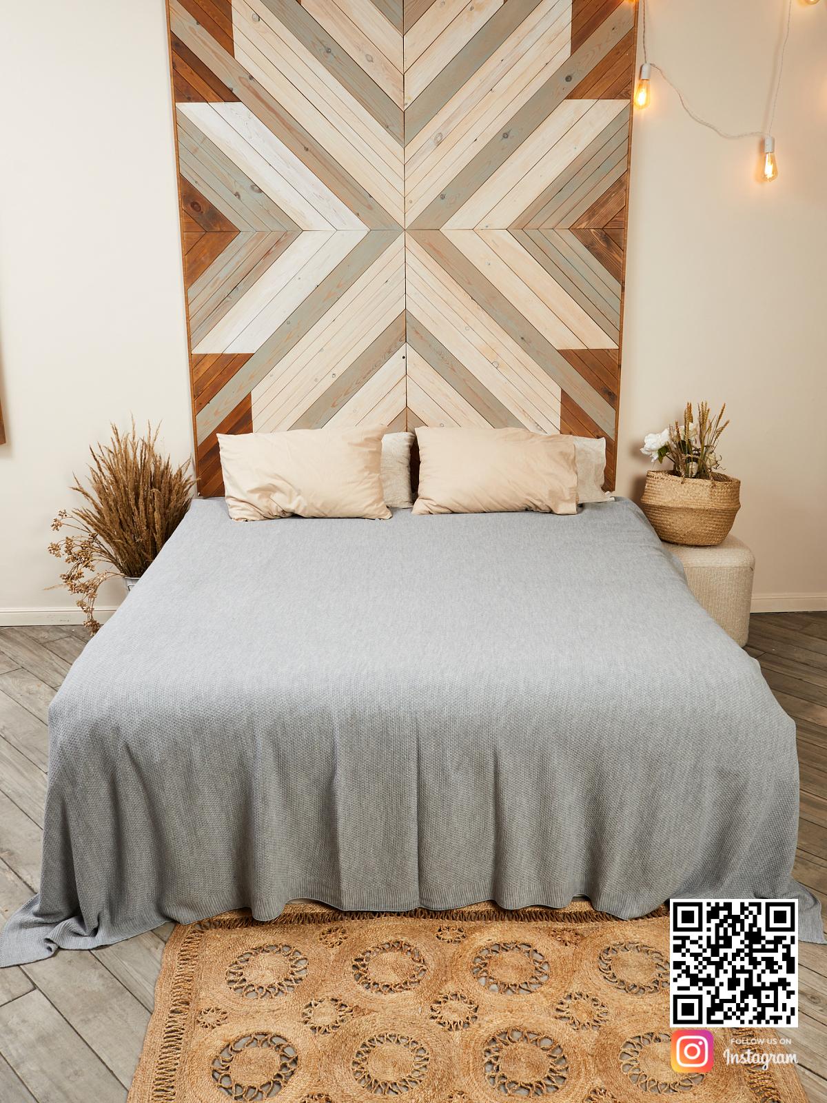 На шестой фотографии большое шерстяное покрывало на кровати в интерьере в интернет-магазине Shapar, бренда трикотажа и связанной одежды ручной работы.