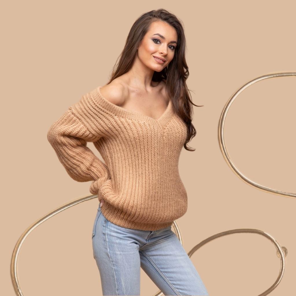 На фотографии свитера женские вязаные от Shapar, бренда связанной одежды ручной работы.