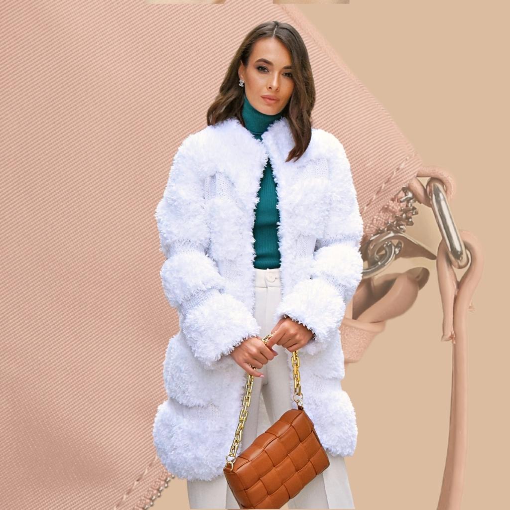 На фотографии пальто и шубы вязаные женские от Shapar, бренда связанной одежды ручной работы.