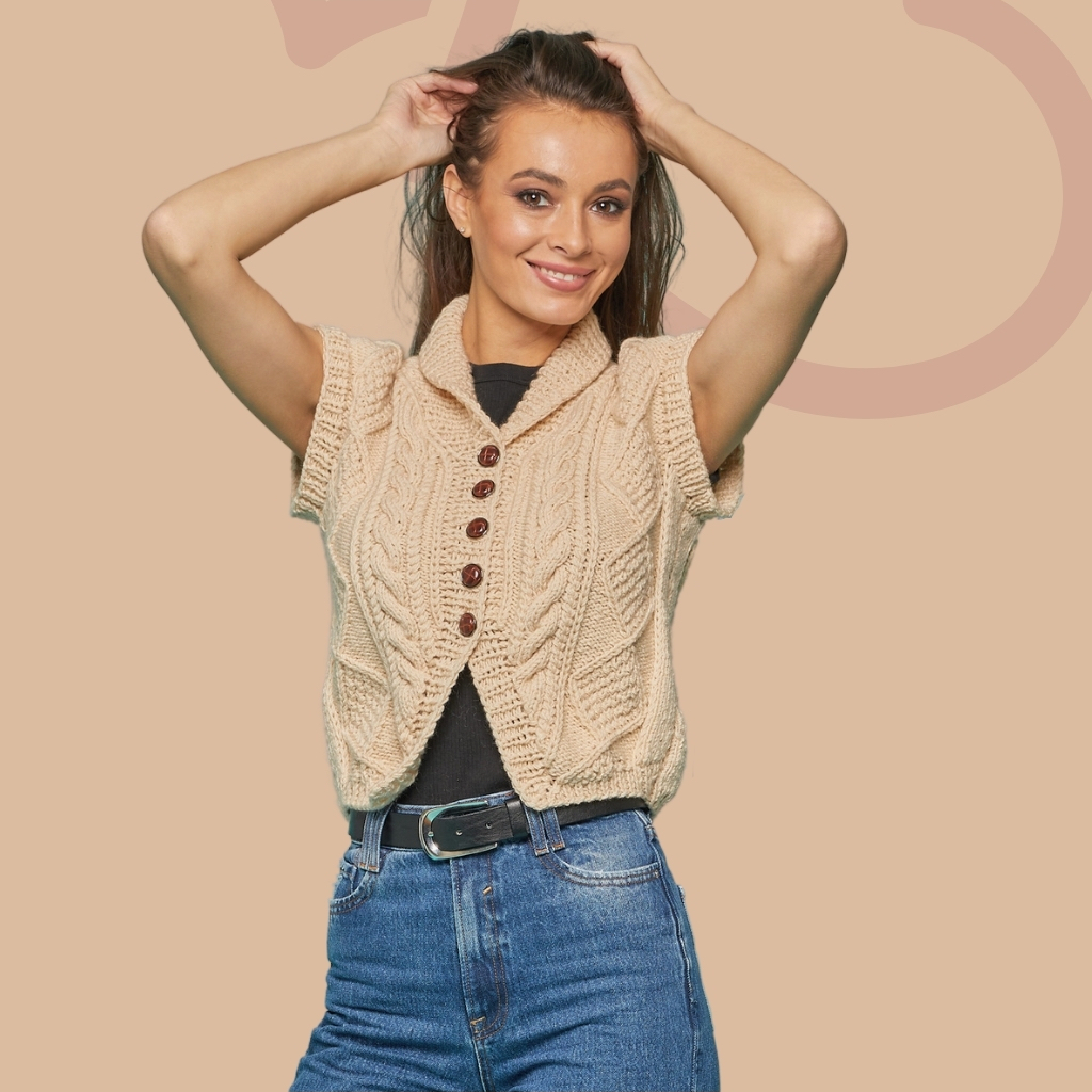 На фотографии жилеты женские вязаные от Shapar, бренда связанной одежды ручной работы.